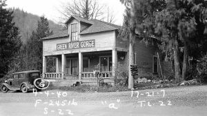 This building was constructed around 1925 by John and Mary Rudge together with a nearby gas station called Jack's Place.